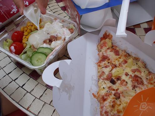 昼はピザ.JPG